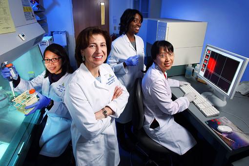 Сьюзан Топалиан (в центре) добилась существенного успеха в борьбе с онкологическими заболеваниями