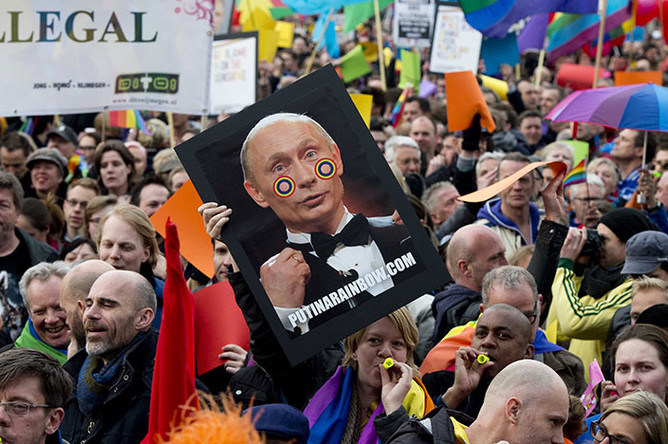 Флагами ЛГБТ и вынудили говорить о положении сексуальных меньшин…