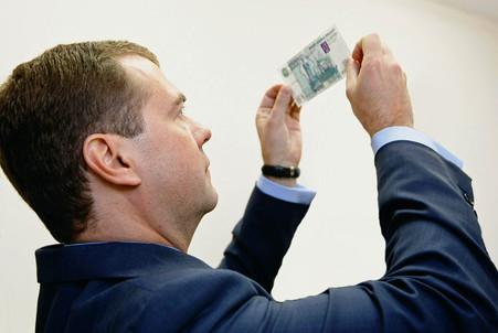 Медведев продлил сроки предоставления данных о доходах топ-менеджеров госкомпаний
