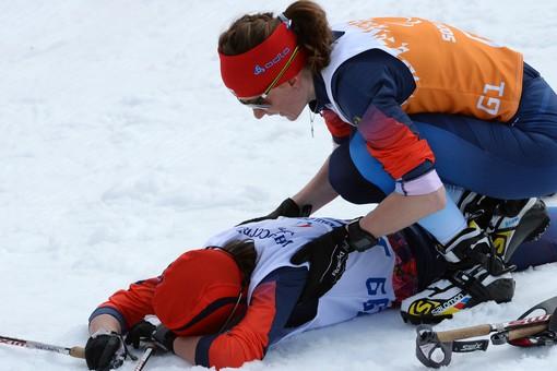 Елена Ремизова (Россия) и ведущий Наталья Якимова (справа) на финише гонки на дистанции 5 км