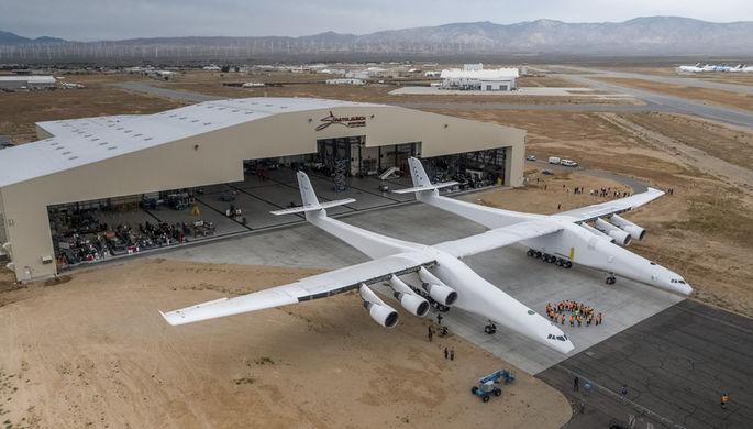Крупнейший вмире самолет выкатили навзлетную полосу