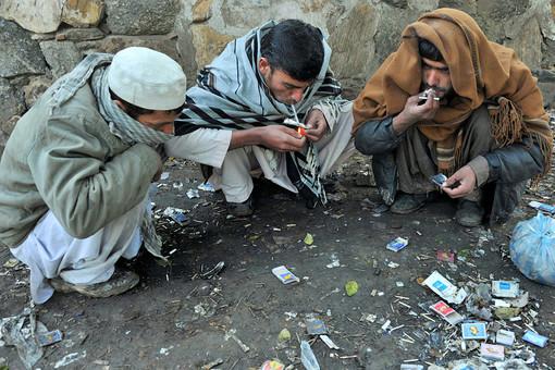 Афганские наркоманы курят героин на улице в Джалал-Абаде