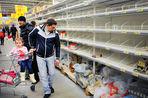 Около 80% украинцев вынуждены сокращать свои затраты