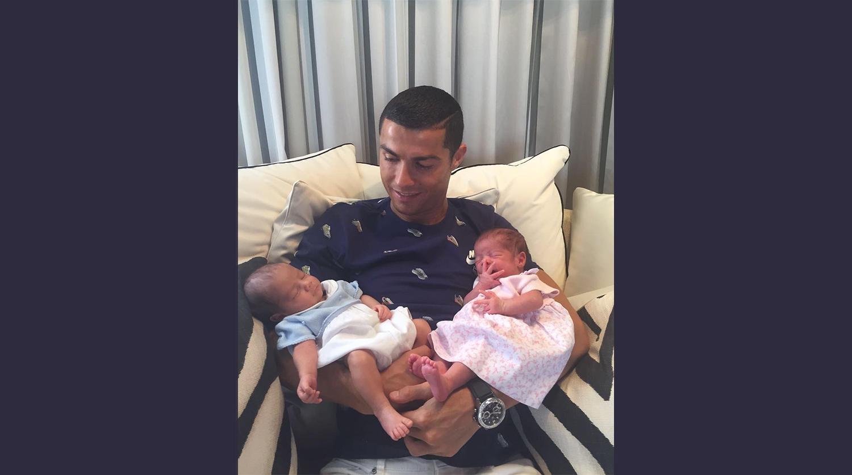 Криштиану роналду с новорожденными детьми фото