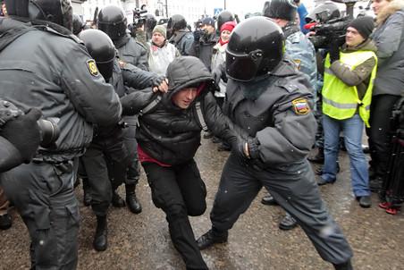 Петербургским оппозиционерам не удалось пройти шествием по центру города