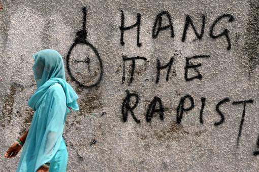 Граффити с призывом повесить насильников на стене в Нью-Дели