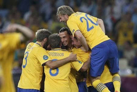 Игроки сборной Швеции празднуют гол Златана Ибрагимовича