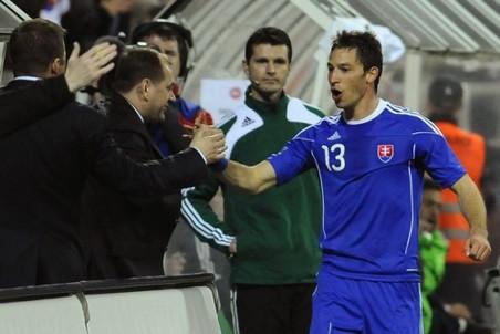 Владимир Вайсс (слева) поздравляет своего уже бывшего подопечного в матче с Данией