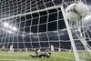 Мяч в сетке ворот после удара Златана Ибрагимовича