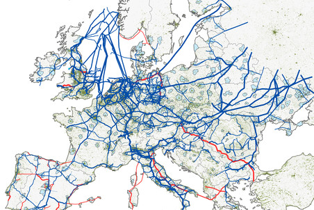 Имеющиеся (синие) и строящиеся (красные) газопроводы