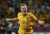 Себастьян Ларссон празднует второй гол в ворота сборной Франции