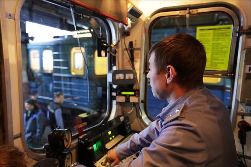 Машинист в кабине электропоезда столичного метрополитена