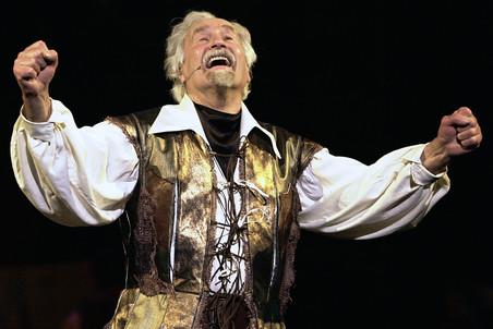 Владимир Зельдин в «Человеке из Ламанчи» Юлия Гусмана в роли Сервантеса/Дон Кихота, 2004 год. Эта роль для без малого 90-летнего Зельдина стала исполнением мечты всей жизни