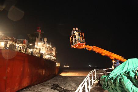 Финский залив, февраль 2010 года. Сотрудники российских спецслужб высаживаются на борт «Питери Клауди»