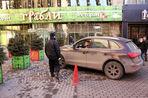 Пешеходные зоны в центре столицы оккупировали нелегальные платные парковки