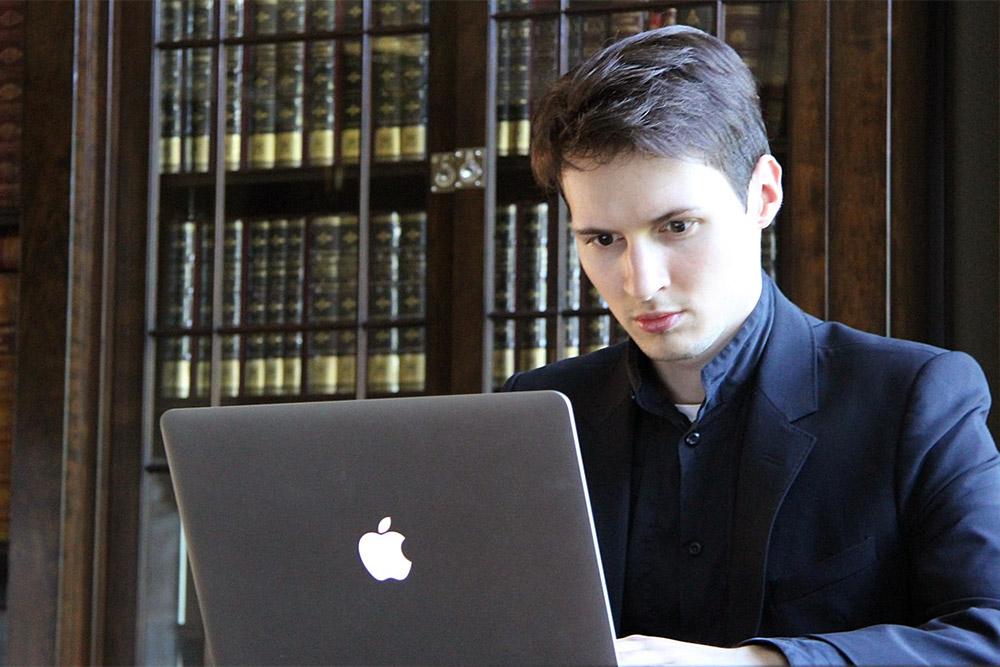 Павел Дуров за Маком