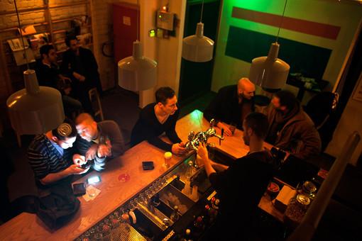 Гей-бары Северной Америки и Британии объявили бойкот русской водке