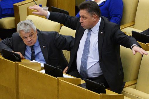 Член комитета Государственной Думы РФ по вопросам местного самоуправления Вячеслав Тимченко (справа) на пленарном заседании