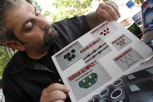 Дизайнер Михо Кочакидзе с календарем «Блокада Сочи» по мотивам олимпийской символики