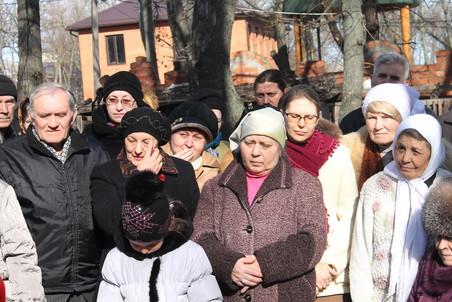 Женщины, собравшиеся во дворе Дома милосердия, не скрывали слез