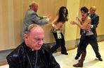 FEMEN атаковали проповедника гомофобии