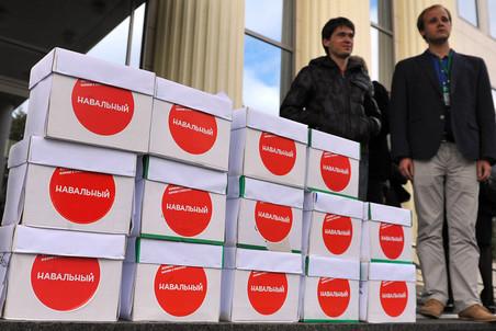 Коробки с материалами жалоб на выборы мэра на ступенях Мосгорсуда