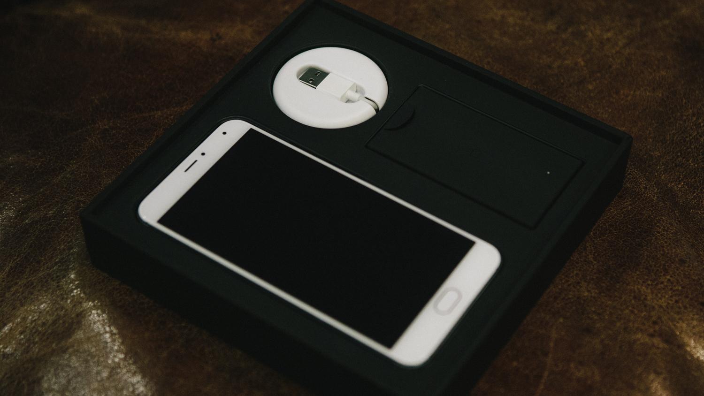 Помимо самого телефона в комплекте идут адаптер питания и кабель