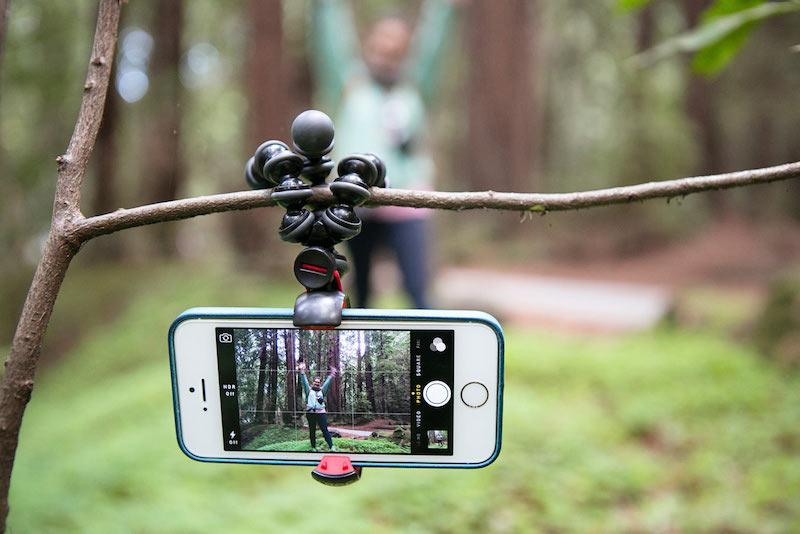 Смартфон на штативе с шарнирными опорами можно закрепить практически везде, что позволит сделать отличный кадр