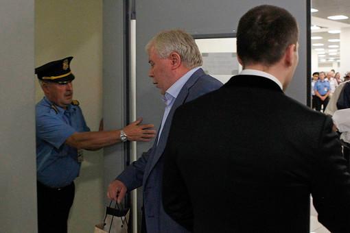 Анатолий Кучерена заходит в служебное помещение аэропорта Шереметьево