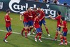 Испанцы празднуют первый гол, ставший в итоге победным