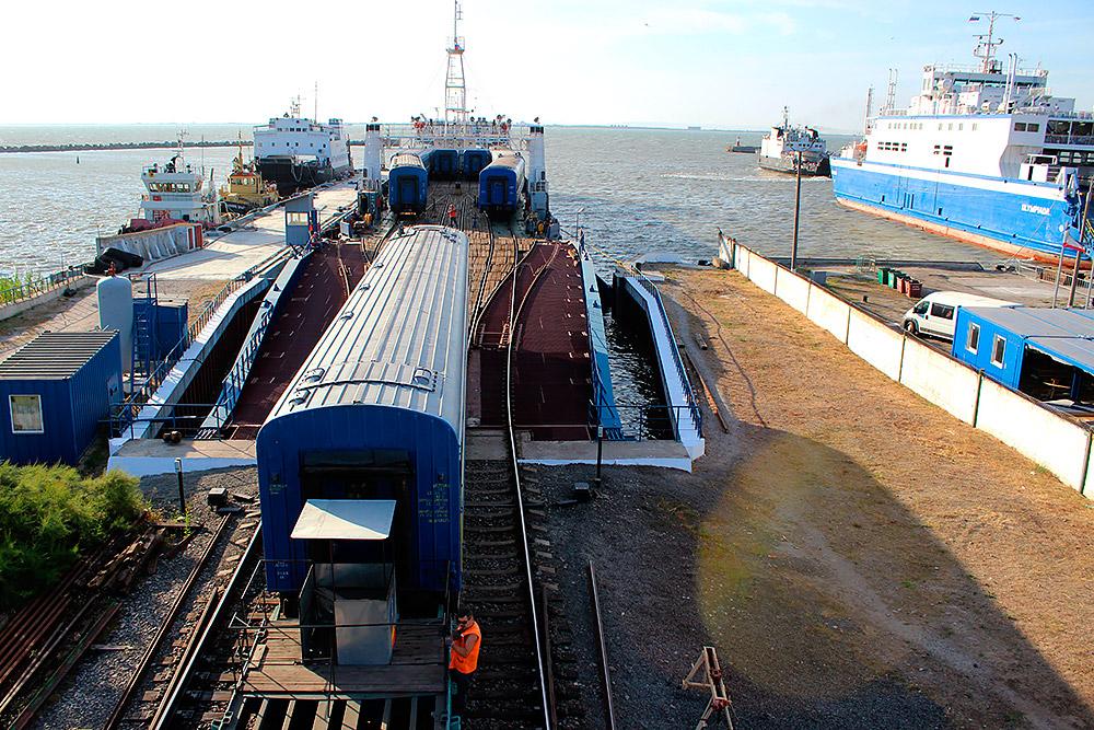 Разгрузка железнодорожного парома «Анненков» с вагонами поезда «Симферополь - Москва» на борту в порту «Крым»