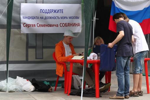 Как Собянину удается собирать за себя подписи?