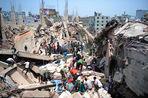 В результате обрушения комплекса фабрик по пошиву одежды в пригороде столицы Бангладеш Дакки, по...