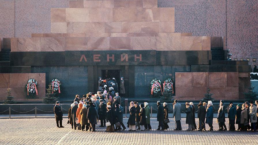 У Мавзолея на Красной площади, 1977 год