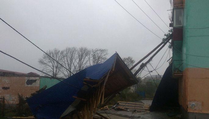 Два десятка зданий наСахалине остались без кровель после циклона