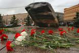 Сегодня днем на Лубянской площади оппозиционеры проверят свои конституционные права, придя с цветами к Соловецкому камню. Полиция стягивает дополнительные силы в центр Москвы