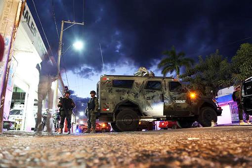 Более 150 бойцов морской пехоты, армии и полиции Мексики охраняют тело убитого Насарио Морено