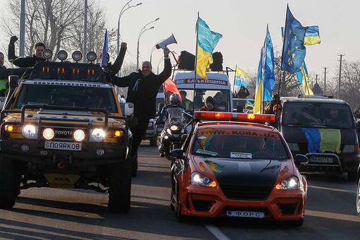 Украинские оппозиционеры устраивают автопробеги протеста и пикетируют резиденции Януковича