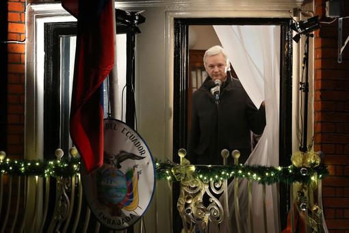 Джулиан Ассанж на балконе посольства Эквадора в Лондоне, декабрь 2012