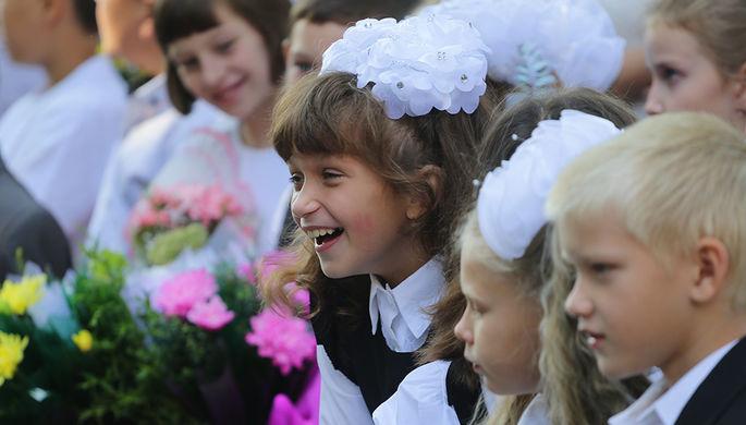 Учащиеся школы №4 во время торжественной линейки посвященной Дню знаний в Донецке