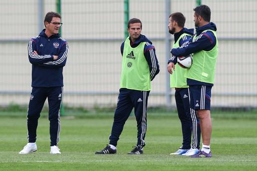 Фабио Капелло (слева) со своими новыми помощниками — Игорем Симутенковым (второй слева) и Сергеем Семаком (второй справа)
