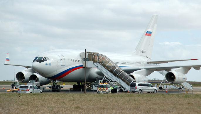 1-ый самолет свысланными изсоедененных штатов дипломатами приземлился в российской столице