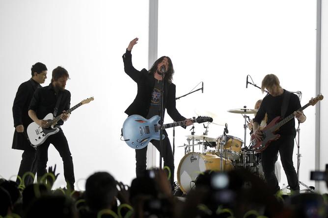 Лидер Foo Fighters позвал насцену десятилетнего поклонника идал ему гитару