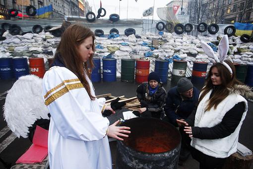 Новый год приближается и Евромайдан все больше напоминает карнавал