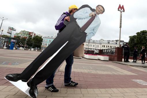 Установка портрета кандидата в мэры Москвы Николая Левичева на одной из улиц