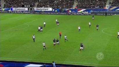 Зрителей футбольного матча на стадионе «Стад де Франс» в Париже не выпускают со стадиона, посетители...