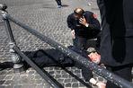 Мужчина по неустановленным причинам начал стрелять у Дворца правительства Италии, сообщает Reuters...