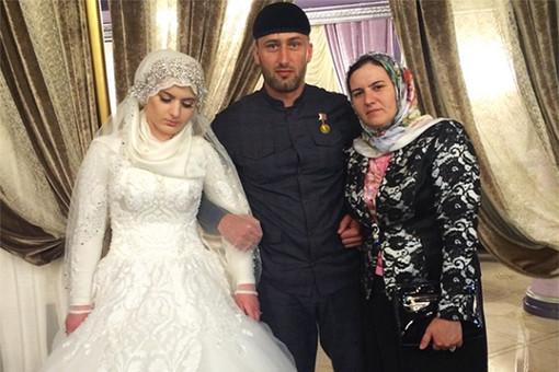 Хеда-Луиза Гойлабиева вместе с, предположительно, первой женой Гучигова и одним из гостей свадьбы