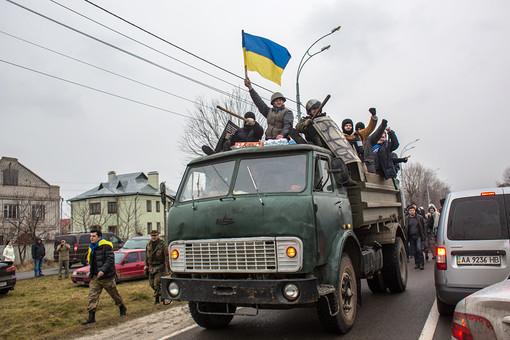 Сторонники оппозиции едут к резиденции Виктора Януковича «Межигорье» под Киевом