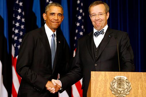 Президент США Барак Обама жмет руку эстонскому коллеге Тоомасу Хендрику
